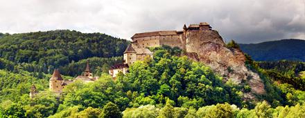 Ručně tříděný katalog s fotografiemi z tématikou kulturního dědictví, především hradů, skanzenů, historických měst a hodnotné architektury.