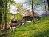 Dřevěný UNESCO kostelík v obci Leštiny na Slovensku