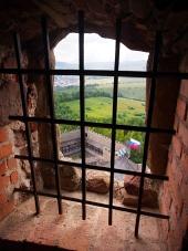 Pohled přes zamřížované okno z hradu Stará Ľubovňa
