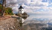Odraz věže ve vodách Liptovské Mary, Slovensko
