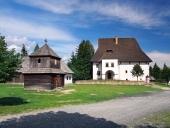 Dřevěná věž a zámeček v Pribylině na Slovensku