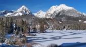 Zamrzlé Štrbské Pleso ve Vysokých Tatrách