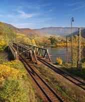 Železniční most během podzimu