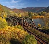 Železniční most v pestrobarevné přírodě