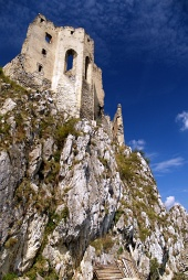 Kaple hradu Beckov na strmém bralu vysokém 50 metrů