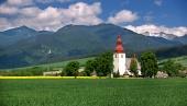 Zelené pole a starý kostel