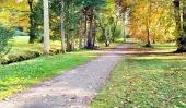 Pestrobarevný podzimní park a turistický chodník