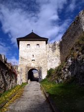 Hlavní vstupní brána do Trenčínského hradu během podzimu