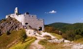 Pestrobarevný pohled na vstup do Čachtického hradu