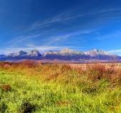 Pestrobarevný pohled na vrcholky Vysokých Tater v dálce