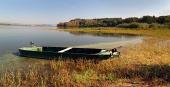Loďka u břehu přehrady Liptovská Mara