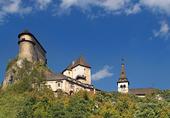 Oravský hrad na skále mezi stromy