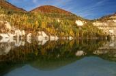 Zrcadlení kopců v hlubokém jezeře
