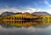 Zrcadlení hor v hlubokém jezeře