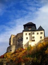 Trenčínský hrad na podzim a modrá obloha