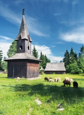 Dřevěná zvonice ve skanzenu Pribylina na Slovensku