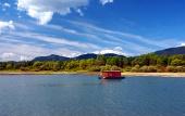 Houseboat a kopce během léta