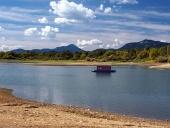 Malý hausbót a pobřeží v létě