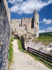 Vnitřní opevnění hradu Beckov