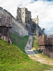 Opevnění a kaple hradu Beckov