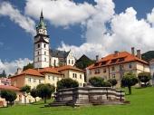 Kostel a kašna ve městě Kremnica