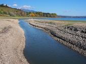 Pobřeží a kanál na Liptovské Mare během podzimu na Slovensku