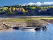 Malé čluny a břehu jezera Liptovská Mara na Slovensku