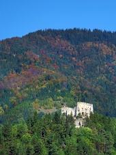 Ruiny hradu Likava v hustém lese na Slovensku