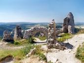 Zničené vnitřní stěny Čachtického hradu
