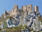 Letní pohled na ruiny hradu Strečno