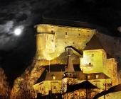 Noční scéna s Oravským hradem