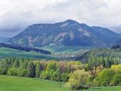 Krajina s kopcem Pravnáč nedaleko obce Bobrovník