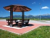 Přístřešek s lavičkami a Vysoké Tatry