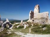 Uvnitř zříceniny Čachtického zámku