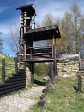 Dřevěné opevnění na kopci Havránok