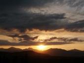 Zlaté slunce a scéna s oblaky