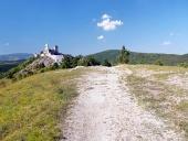 Turistická cesta k hradu Čachtice