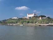 Bratislavský hrad nad řekou Dunaj