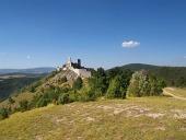 Čachtický hrad na kopci v dálce