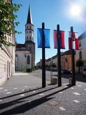 Kostelní věž a vlajky v Levoči