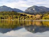 Odraz pohoří Pravnáč a Lômy ve vodě