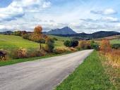 Cesta u obce Bobrovník a vrchol Choč v dálce