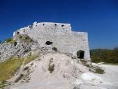 Masivní opevnění hradu Čachtice