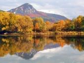 Pohoří Šípské Fatry a řeka Váh na podzim