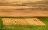 Pole z výšky během letního sklizně
