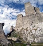 Věž hradu Beckov
