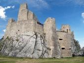 Vnitřní nádvoří a zřícenina hradu Beckov