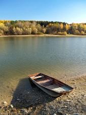 Malá rybářská loď u břehu Liptovské Mary na Slovensku