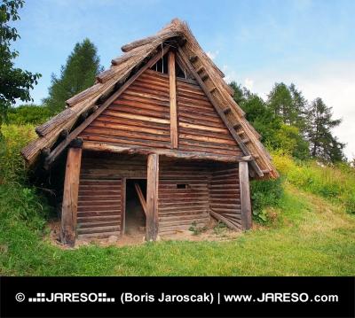 Keltské srubové obydlí v archeoskanzenu Havránok