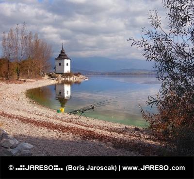 Rybářské potřeby na břehu přehrady Liptovská Mara, Slovensko